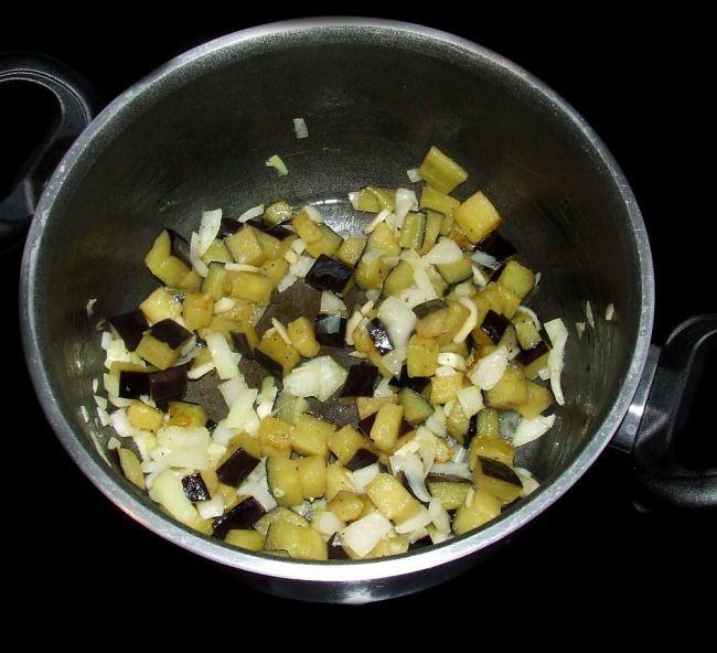 cuisson de l'ail et de l'oignon de la moussaka libanaise sans viande
