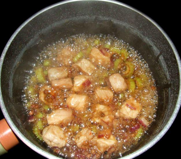 la cuisson et l'assaisonement du porc au caramel vietnamien